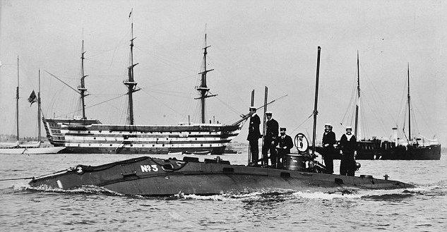 Holland-submarine-No.3-passing-HMS-Victory-around-1905-ish.-Credits-to-original-photographer.